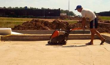 Трамбовка и проливка песка подушки фундамента
