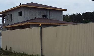 готовый дом с гибкой кровлей черепицей Шинглас