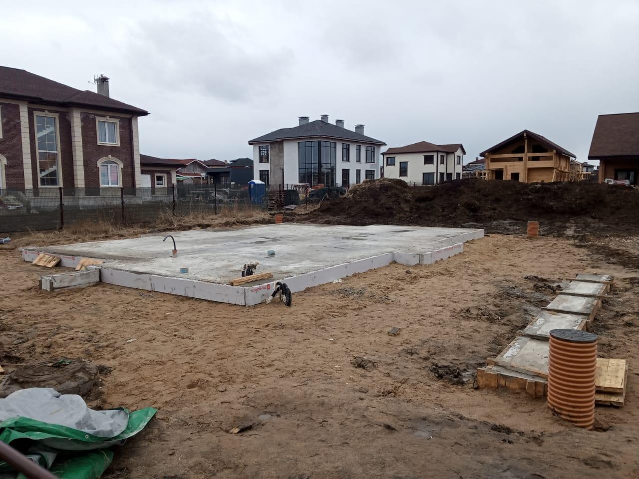 плита фундамента под частный дом в коттеджном поселке