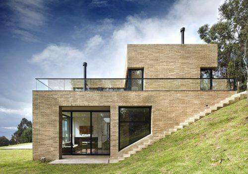Строительство домов с цокольным этажом на склоне в стиле Хай-тек
