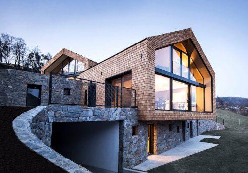 Строительство загородных домов с цоколем на склоне